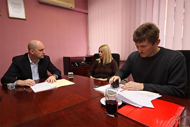 Župan Tomislav Tolušić potpisao ugovore o donaciji s udrugom Naša nada iz Slatine i Pučkim otvorenim učilište Slatina