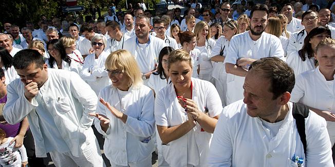 Osijek, 20.09.2013 - Clanovi sindikata u akciji 5 do 12 u Klinickoj bolnici Osijek