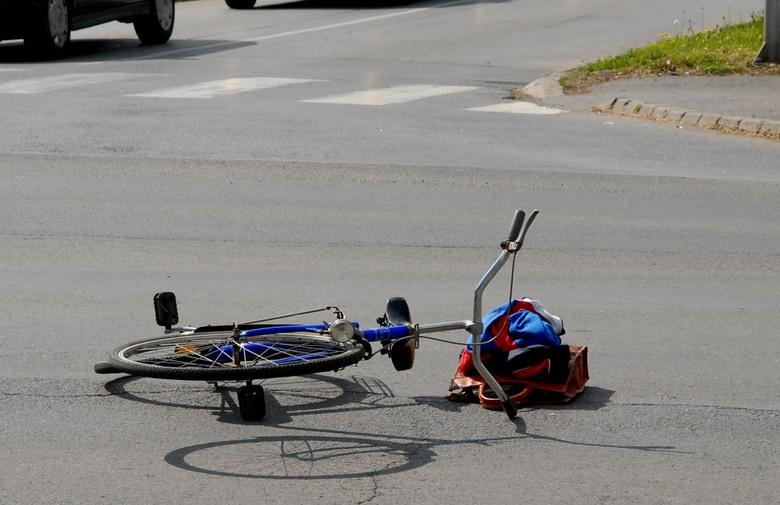 Pješaci i biciklisti u prometu  Praćenjem stanja sigurnosti u prometu na području Policijske uprave virovitičko- podravske evidentno je da su pješaci i biciklisti već duži niz godina najugroženije kategorije sudionika u prometu, a problematika stradavanja ovih kategorija sudionika u prometu je pogoršana u periodu od početka ove godine u kojem periodu je na prometnicama ove policijske uprave teško ozlijeđeno 3 pješaka i 2 bicikliste, a 6 pješaka i 3 bicikliste su lako ozlijeđeni. Navedeni podaci o stradavanju pješaka i biciklista u prometnim nesrećama ukazuju na pogoršanje u odnosu na prošlu godinu kada je u istom periodu jedan pješak poginuo, jedan je biciklista teško ozlijeđen i 2 biciklista i pješaka su lako ozlijeđeni. Po starosnoj strukturi, kao pješaci i biciklisti u prometnim nesrećama češće sudjeluju starije i maloljetne osobe, pa čak i djeca, a nastradali pješaci i biciklisti su sve češće i počinitelji tih prometnih nesreća. S druge strane, u slučajevima kada su počinitelji vozači drugih vrsta vozila, pješaci i biciklisti svojim ponašanjem u prometu često doprinose događanju prometne nesreće; kao biciklista koji su u prometnoj nesreći sudjelovali pod utjecajem alkohola, nastradali pješaci i biciklisti su u noćnim uvjetima prometovanja koristili tamnu odjeću, bez reflektirajućih dijelova i upravljali biciklom noću bez korištenja svjetala na biciklu, za kretanje nisu koristili nogostup i biciklističku traku ili stazu, odnosno nisu se kretali propisanom stranom ceste, bespotrebno su se zadržavali na kolniku ili nisu koristili obilježen pješački prijelaz za prelazak preko ceste. Preventivno djelovanje prometne policije u velikoj je mjeri usmjereno na nadzor i zaštitu ovih kategorija sudionika u prometu, a djeca i starije osobe, koje u prometu najčešće sudjeluju kao pješaci i biciklisti, posebna su ciljana skupina za održavanje različitih edukacija i edukativnih susreta policijskih službenika za prometnu preventivu. Međutim, uz sve uložene napore problematika sud