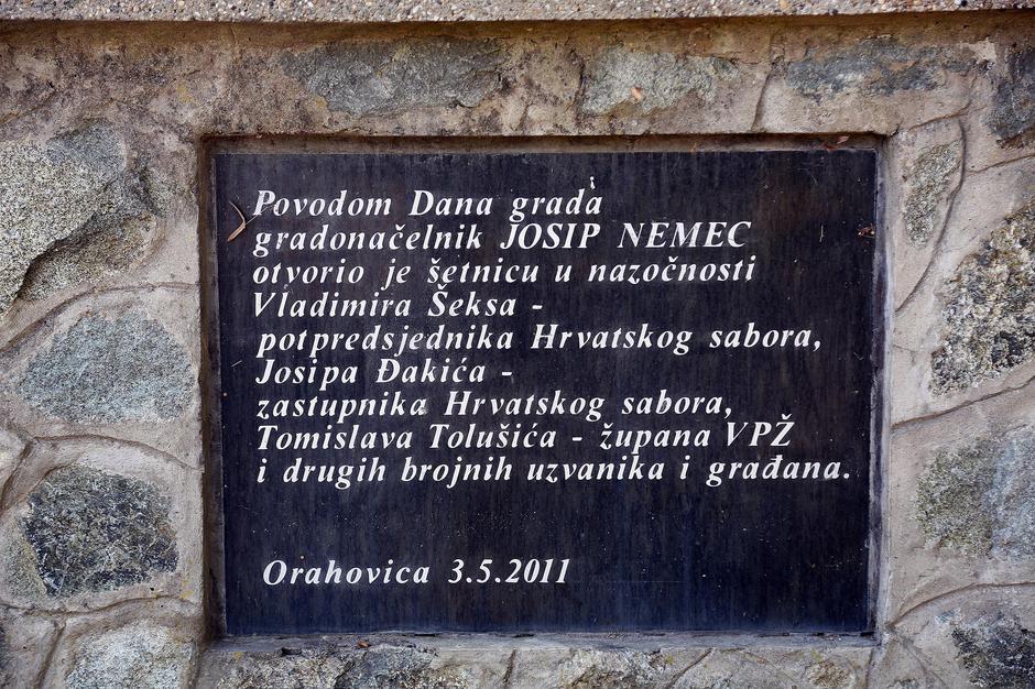 Spomen ploča Tomislavu Tolušiću i prijateljima
